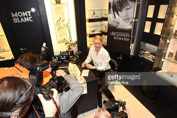 Model Franziska Knuppe Verkauft Bei Mont Blanc Im Kadewe Schreibgeräte Zugunsten Von Unicef