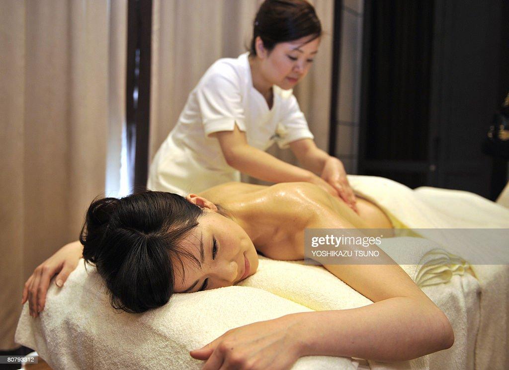 A model gets an oil massage from a beaut : News Photo