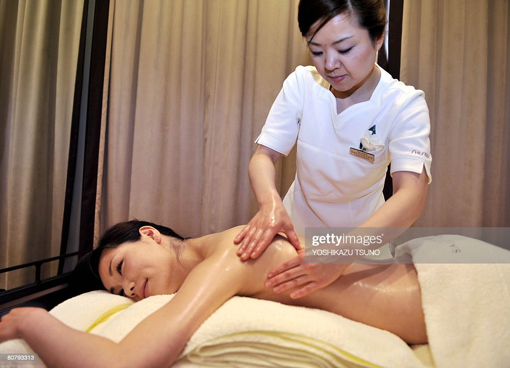 A model gets an oil massage from a beaut : News Photo
