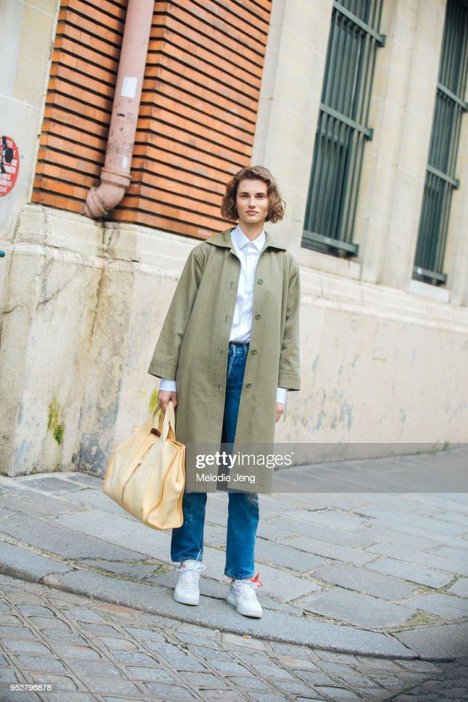 Street Style -Paris Fashion Week -Haute Couture Spring/Summer 2018 : Day Three : News Photo