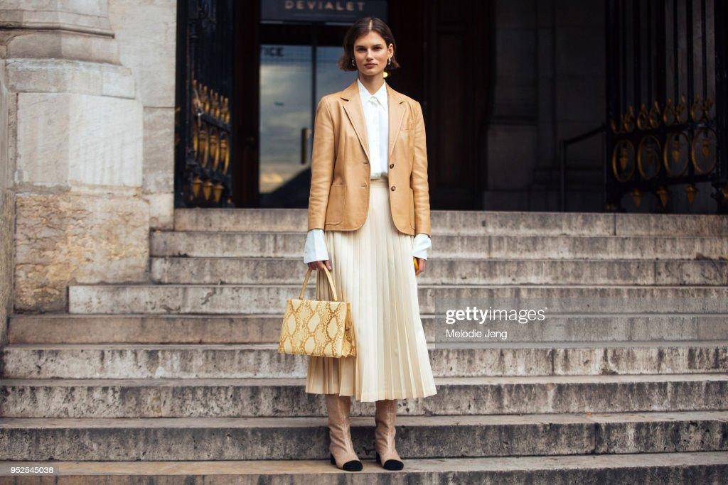 Street Style : Paris Fashion Week Womenswear Fall/Winter 2018/2019 : Day Seven : News Photo