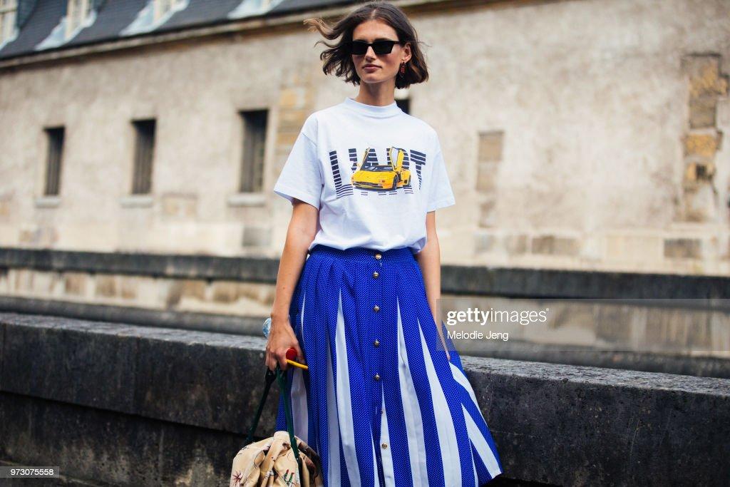 Street Style : Paris Fashion Week Womenswear Spring/Summer 2018 : Day Four : News Photo