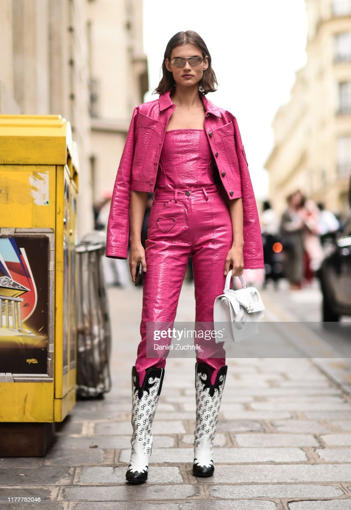Street Style : Paris Fashion Week - Womenswear Spring Summer 2020 : Day Six : News Photo