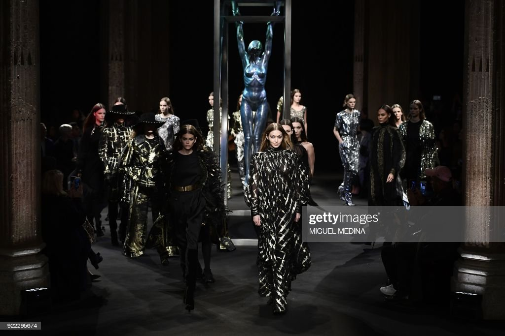 TOPSHOT - US model Gigi Hadid (C) presents a creation by Alberta Ferretti during the women's Fall/Winter 2018/2019 collection fashion show in Milan, on February 21, 2018. / AFP PHOTO / Miguel MEDINA