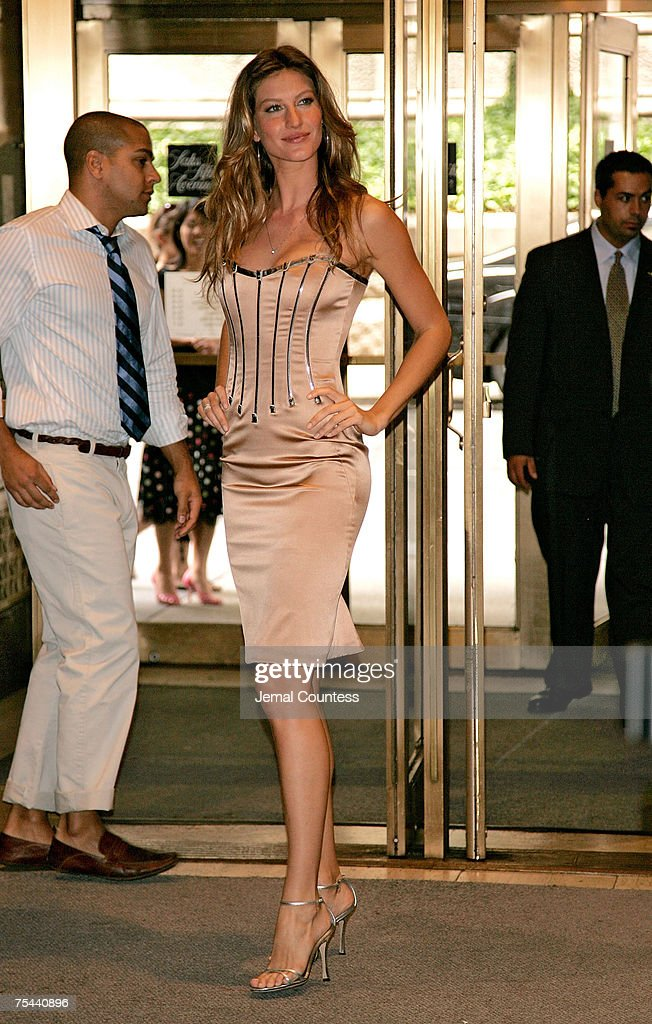 "Dolce & Gabbana Launches ""The One"" Fragrance at SAKS Fifth Avenue - July 16, 2007 : News Photo"