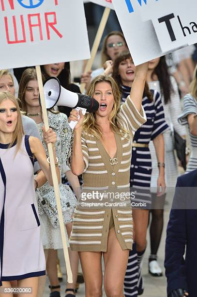 Model Gisele Bundchen walks the runway during the Chanel show as part of the Paris Fashion Week Womenswear Spring/Summer 2015 on September 30, 2014...