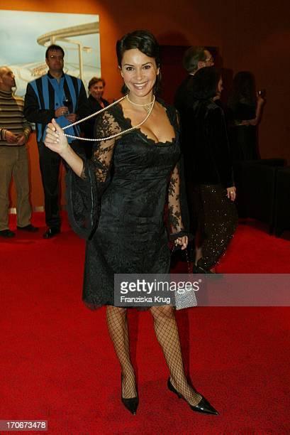 """Model Gitta Ilona Saxx Bei Der """"Titanic"""" Premiere In Hamburg 081202"""