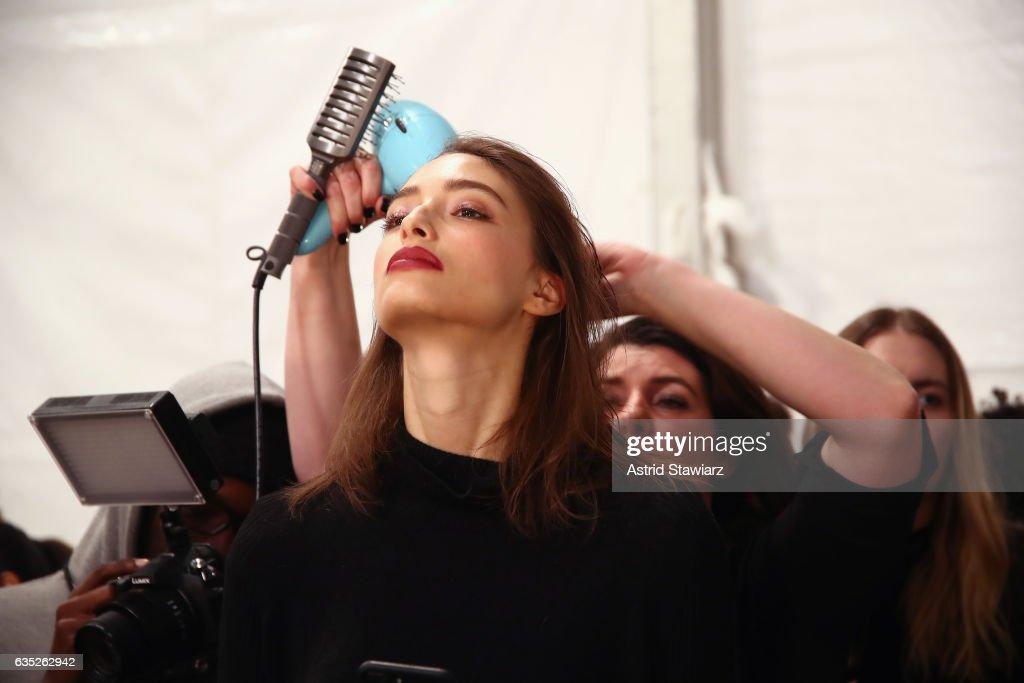 Badgley Mischka - Backstage- February 2017 - New York Fashion Week: The Shows : News Photo
