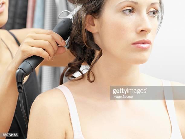 model having her hair curled - あがり症 ストックフォトと画像