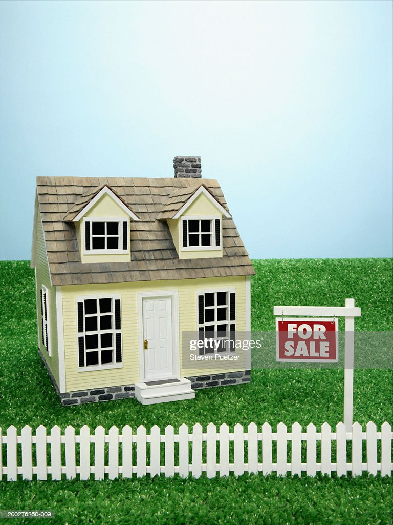 Model home with 'For Sale' sign in front : Stock Photo