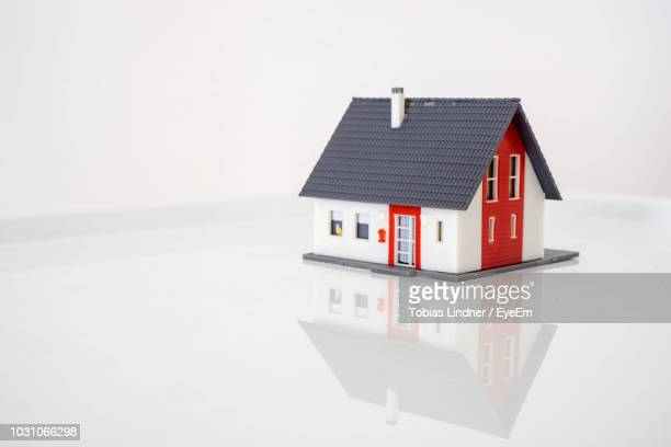 model house on table against white background - model house stock pictures, royalty-free photos & images