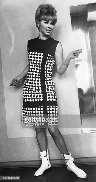 Model im Kleid im CourregesStil mit kurzen Sommerstiefeln1966