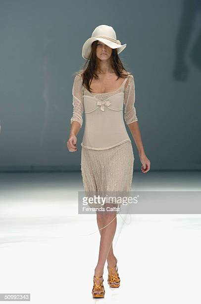 Model Jeissa Chiminazzo walks the runway at the Patachou 2005 Spring/Summer collection during the Sao Paulo Fashion Week June 17 2004 in Sao Paulo...