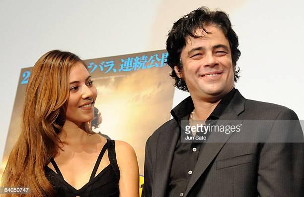 Model Jessica Michibata and actor Benicio del Toro attend the 'Che' Japan Premiere at Roppongi Hills on December 16 2008 in Tokyo Japan The film will...