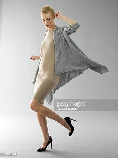 model jumping on one leg - talons hauts photos et images de collection