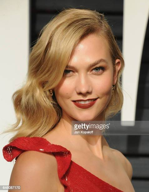 Model Karlie Kloss arrives at the 2017 Vanity Fair Oscar Party Hosted By Graydon Carter at Wallis Annenberg Center for the Performing Arts on...