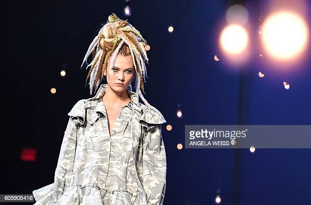Model Karlie Kloss displays the fashion of Marc Jacobs during New York Fashion Week in New York on September 15 2016 / AFP / ANGELA WEISS