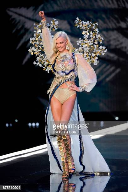 TOPSHOT US model Karlie Kloss presents a creation during the 2017 Victoria's Secret Fashion Show in Shanghai on November 20 2017 / AFP PHOTO / FRED...
