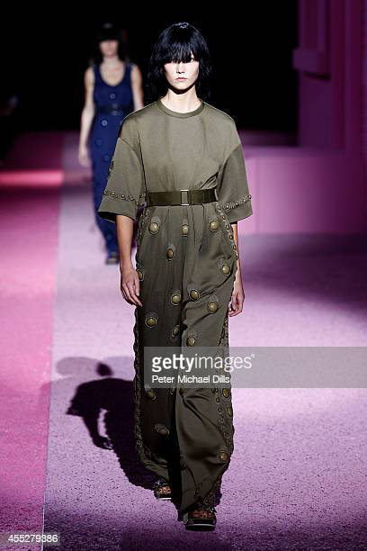 Model Karlie Kloss walks the runway at the Marc Jacobs fashion show during MercedesBenz Fashion Week Spring 2015 at Park Avenue Armory on September...