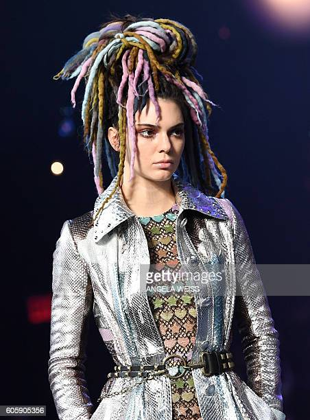 Model Kendall Jenner displays the fashion of Marc Jacobs during New York Fashion Week in New York on September 15 2016 / AFP / ANGELA WEISS
