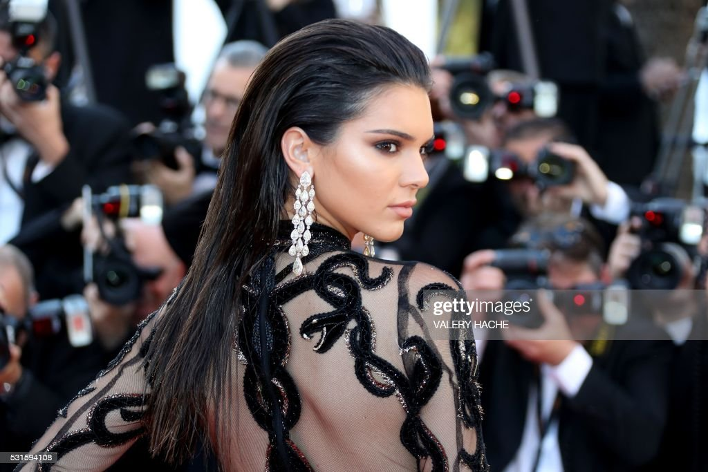 TOPSHOT - US model Kendall Jenner poses as she arrives on May 15, 2016 for the screening of the film 'Mal de Pierres (From the Land of the Moon)' at the 69th Cannes Film Festival in Cannes, southern France. / AFP PHOTO / Valery HACHE