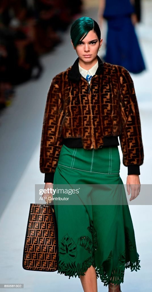 Model Kendall Jenner presents a creation for fashion house Fendi during the Women's Spring/Summer 2018 fashion shows in Milan, on September 21, 2017. / AFP PHOTO / Miguel MEDINA