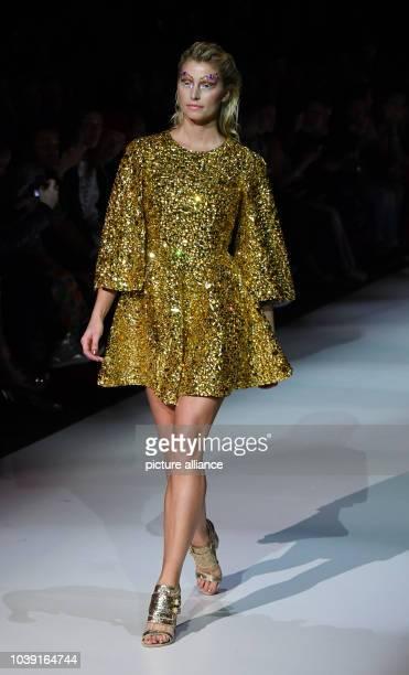 """Model Lena Gercke tritt bei der Make-Up-Show """"Maybelline New York hot trends Xhibition"""" im Rahmen der Berliner Modewoche am in Berlin auf. - Recrop..."""