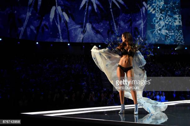 TOPSHOT US model Lily Aldridge presents a creation during the 2017 Victoria's Secret Fashion Show in Shanghai on November 20 2017 / AFP PHOTO / FRED...