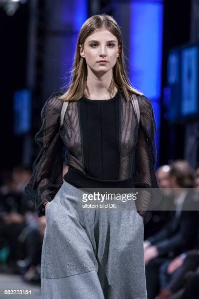 Model läuft für Christina Kiker Kollektion Metanoia