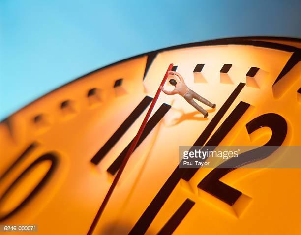 model man moving hand on clock - muster - fotografias e filmes do acervo