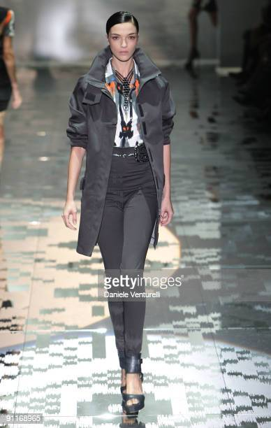Model Mariacarla Boscono walks down the runway during the Gucci show as part of Milan Womenswear Fashion Week Spring/Summer 2010 at on September 26,...
