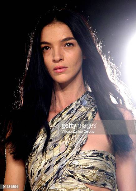 Model Mariacarla Boscono walks the runway at Emilio Pucci during Milan Womenswear Fashion Week Spring/Summer 2010 on September 26, 2009 in Milan,...