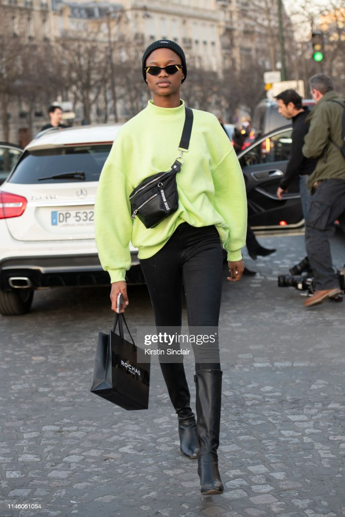 Street Style - Paris Fashion Week Womenswear Fall/Winter 2019/2020 : Day Three : ニュース写真