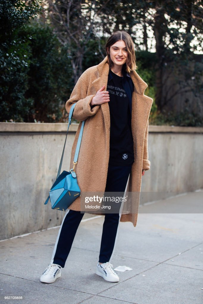Street Style - New York Fashion Week February 2018 - Day 2 : Fotografía de noticias