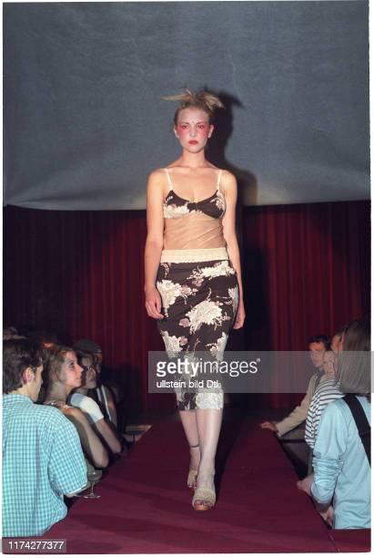 Model mit Kleid von Anja Sun Suko 1997