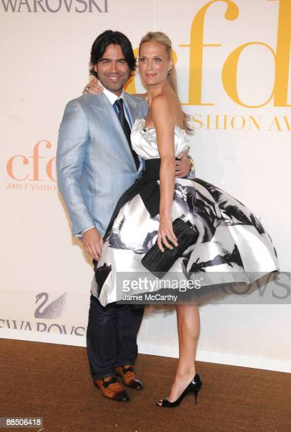 Model Molly Sims and guest attend the 2009 CFDA Fashion Awards at Alice Tully Hall Lincoln Center on June 15 2009 in New York City