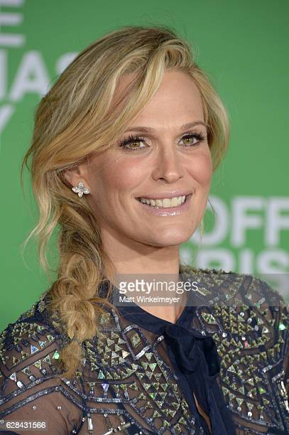 Model Molly Sims attends the premiere of Paramount Pictures' Office Christmas Party at Regency Village Theatre on December 7 2016 in Westwood...