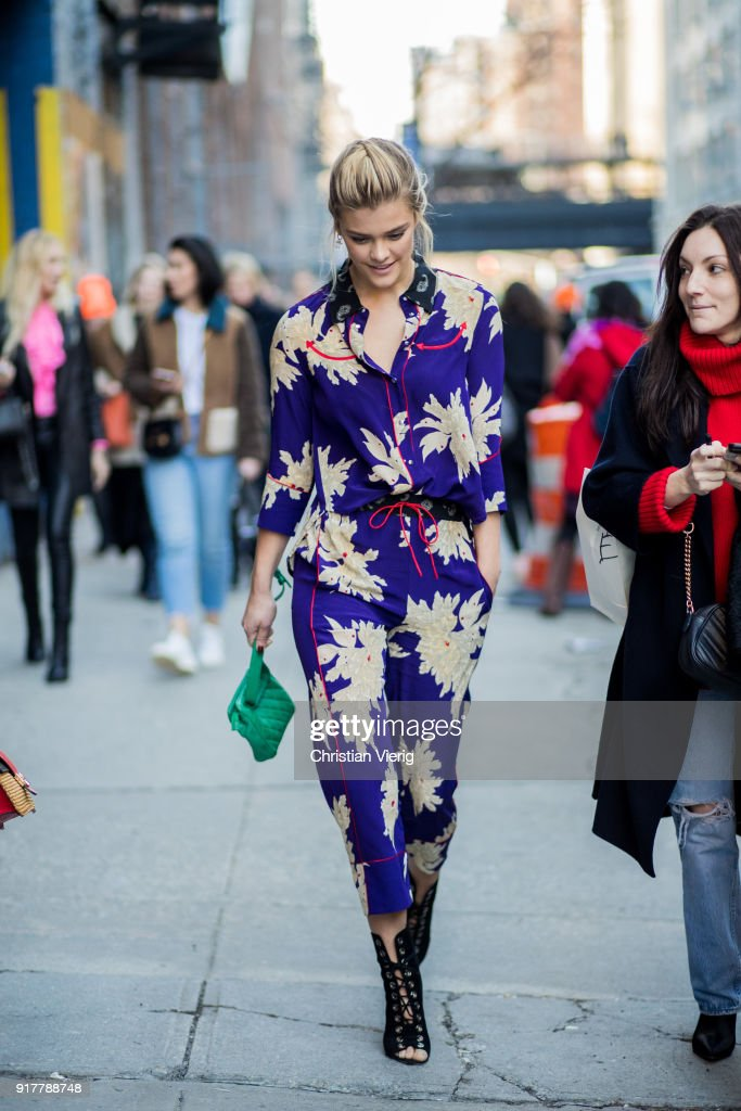 Street Style - New York Fashion Week February 2018 - Day 5 : News Photo
