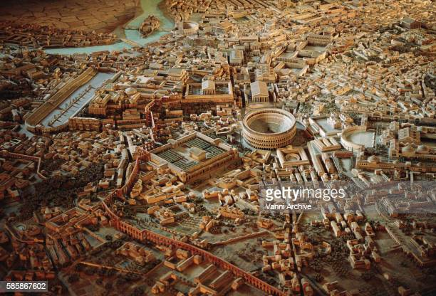 model of imperial rome at the time of constantine: area around the colosseum - 第一競技場 ストックフォトと画像