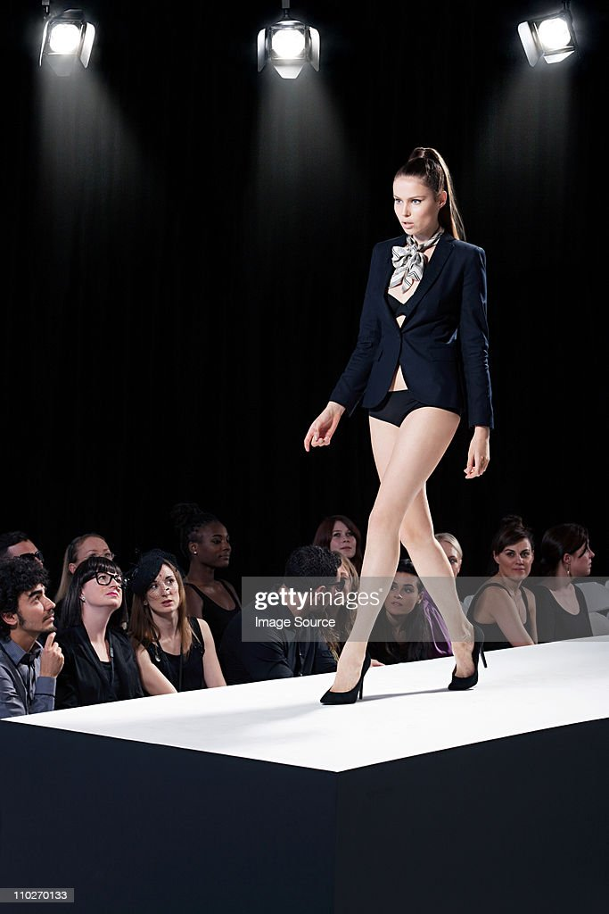 Model on catwalk at fashion show : Bildbanksbilder