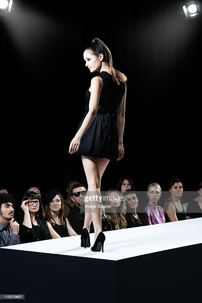 Model on catwalk at fashion show : Bildbanksbilder
