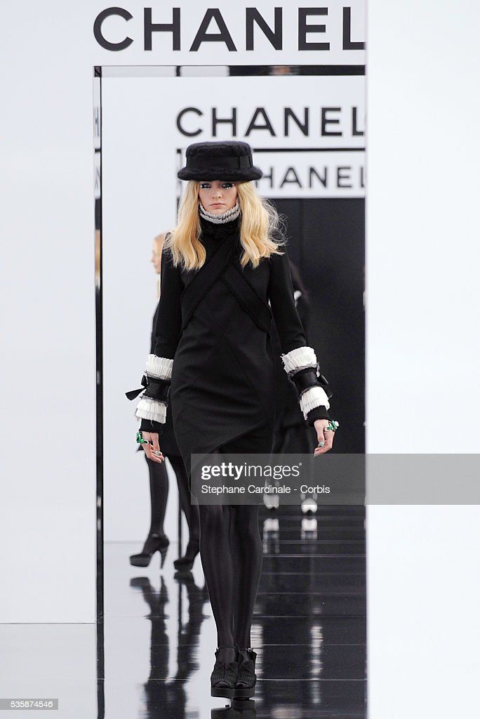 """France - """"Chanel"""" Ready to Wear Collection - Fall/Winter 2009/2010 - Paris Fashion Week : News Photo"""