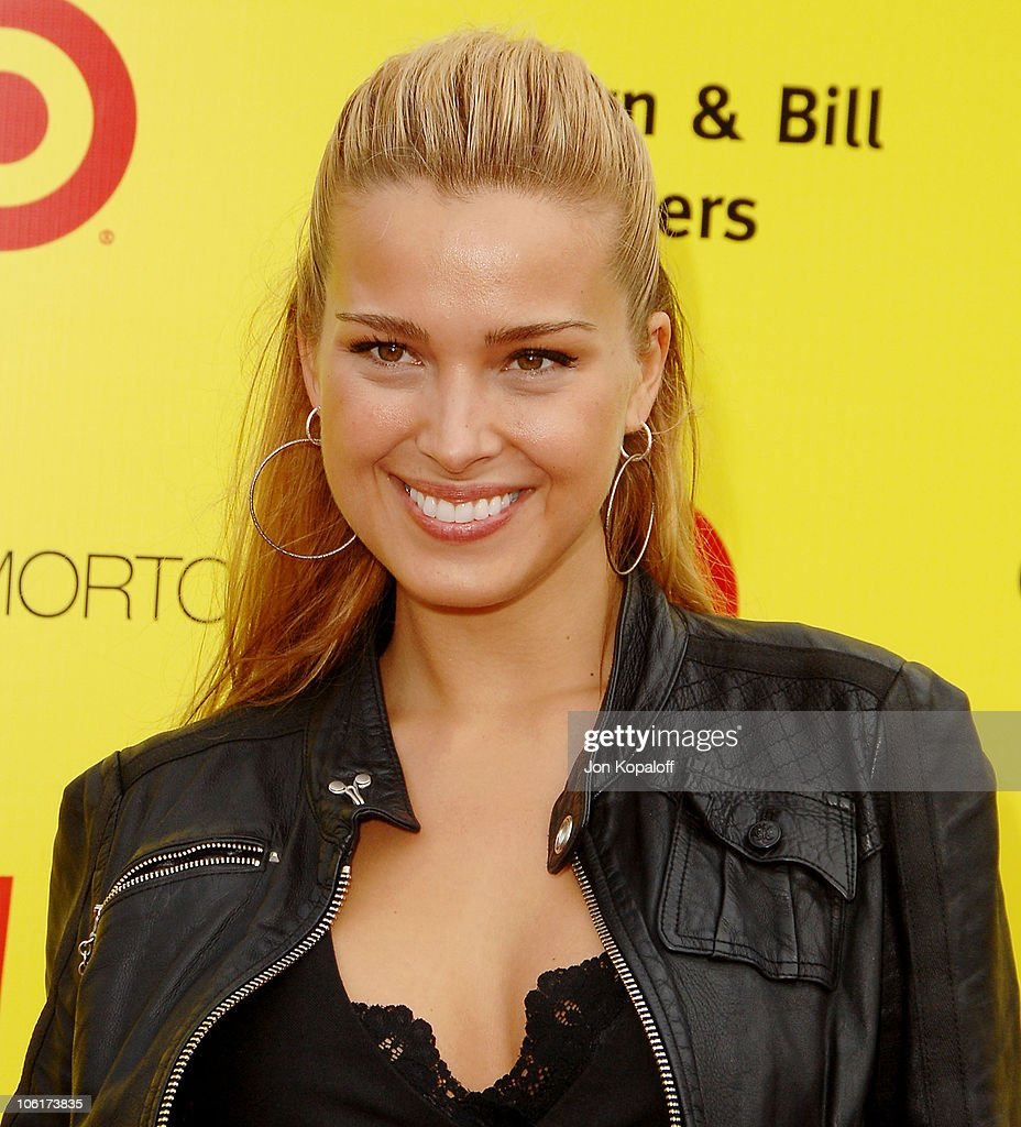 Model Petra Nemcova arrives at the P.S. Arts 10th Annual Express Yourself Gala at Barker Hanger on November 4, 2007 in Santa Monica, California.