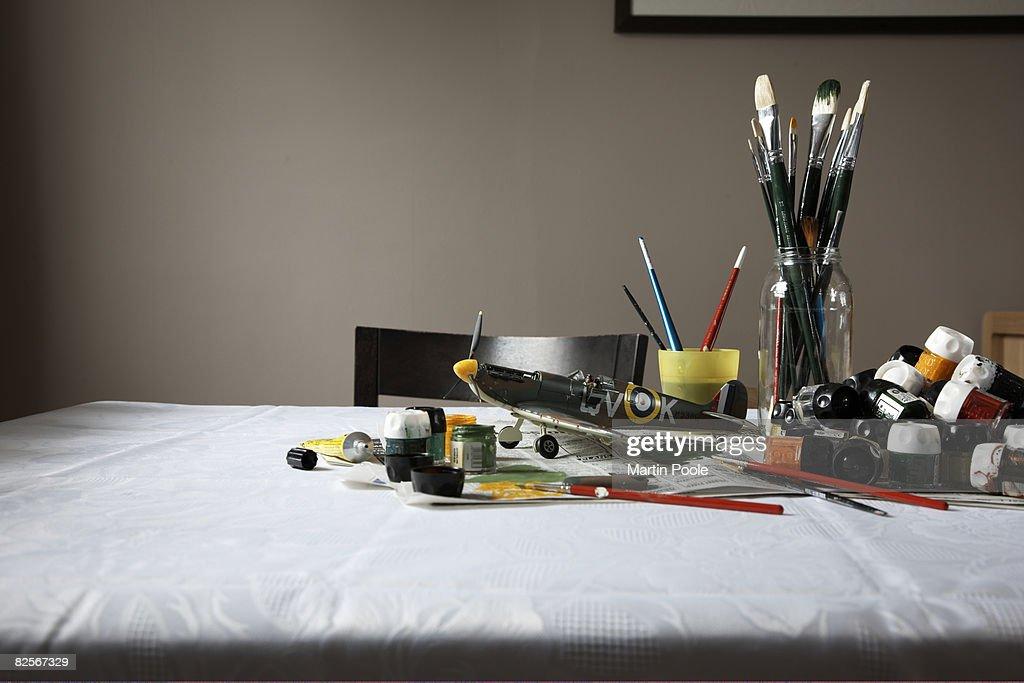 Model Flugzeug Auf Tisch Mit Farbe Und Pinsel