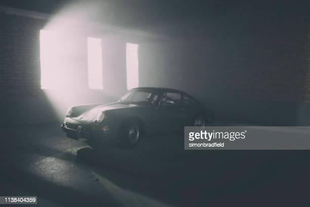 modell volvo 1800s in atmosphärischer garage - porsche 911 stock-fotos und bilder