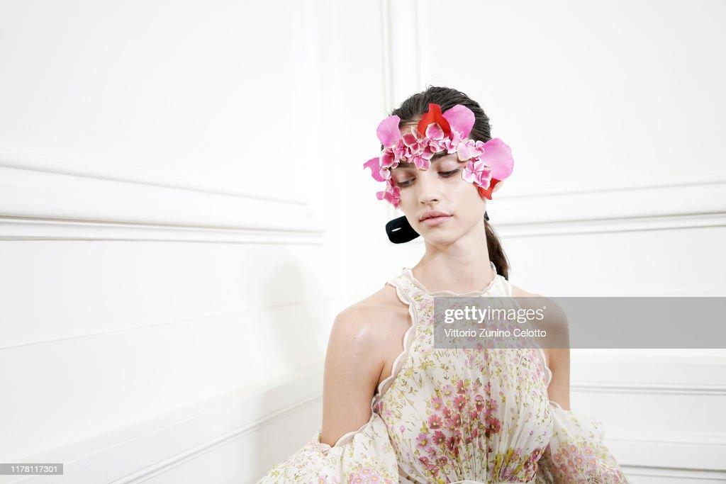 Giambattista Valli : Backstage - Paris Fashion Week - Womenswear Spring Summer 2020 : News Photo