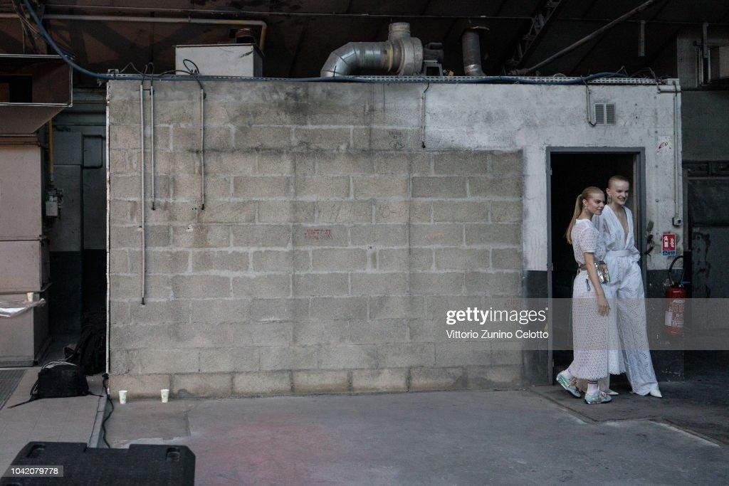 Off-White : Backstage - Paris Fashion Week Womenswear Spring/Summer 2019 : ニュース写真