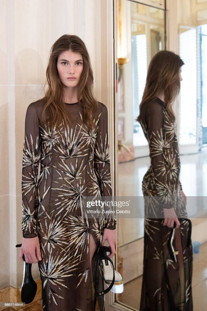 Azzaro Couture : Backstage - Paris Fashion Week - Haute Couture Fall Winter 2018/2019 : News Photo