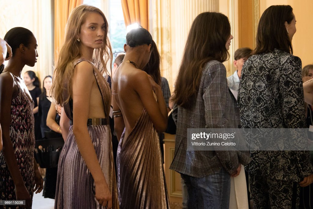 Azzaro Couture : Backstage - Paris Fashion Week - Haute Couture Fall Winter 2018/2019 : ニュース写真