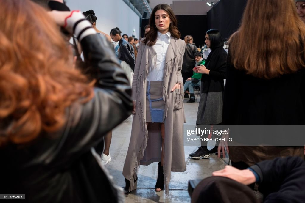 A model poses backstage prior to the women's Fall/Winter 2018/2019 collection fashion show by Lucio Vanotti in Milan, on February 21, 2018. / AFP PHOTO / Marco BERTORELLO